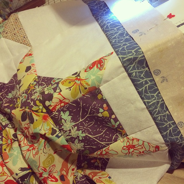 #widrn Pinning the border and sewing my #wallflowersqal quilt, in my sewing room with the worst lighting ever. I need better lightbulbs. Tagged by @onetinyhouse, tagging @the_orriginal @andrea_rennick @playcrafts @intrepidthread