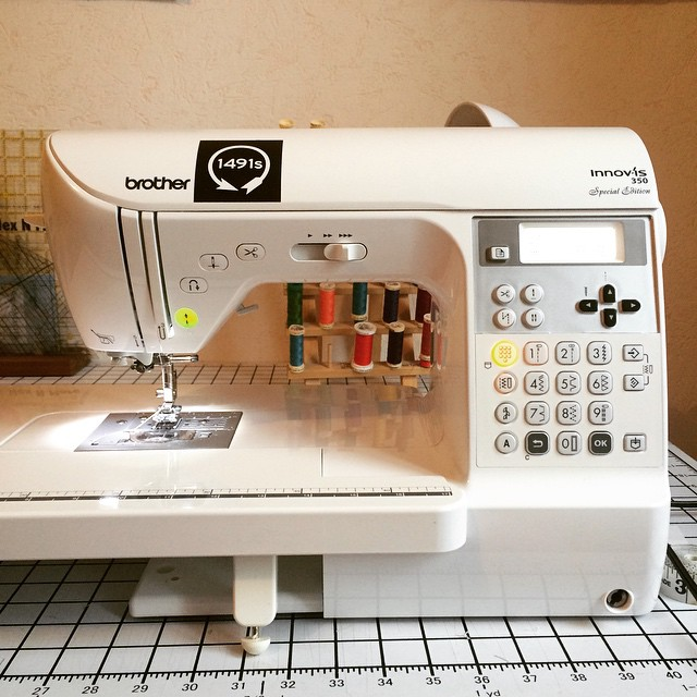 Hey @craftyplanner, I have a Brother Innovis 350! I had to buy it here in France and it's basically the same as the Brother Innovis NX450 in the US. I love it because it cuts the thread for me. ? #LMSMbasics